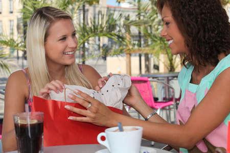tarde de cafe: Dos niñas de parada para el café en un viaje de compras Foto de archivo