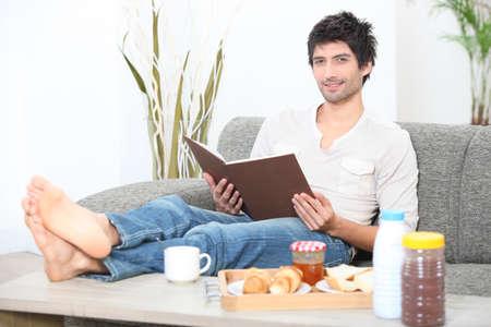 powder room: Hombre leyendo un libro en el desayuno