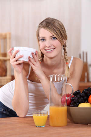 Adolescente comer el desayuno Foto de archivo - 14004300