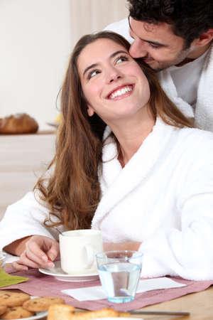 bathrobes: Pareja rom�ntica de desayunar juntos
