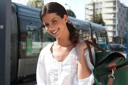 chofer de autobus: Mujer esperando el tranvía
