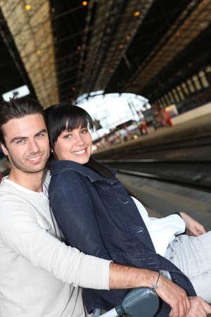 beau jeune homme: jeune couple en attente pour le train Banque d'images