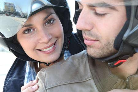 motorrad frau: Lächelnde Paar auf einem Motorrad Lizenzfreie Bilder