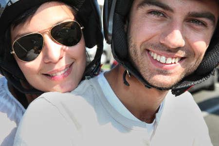 shoulder ride: Pareja a caballo su scooter Foto de archivo