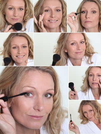 mujer maquillandose: Mujer rubia de aplicar el maquillaje