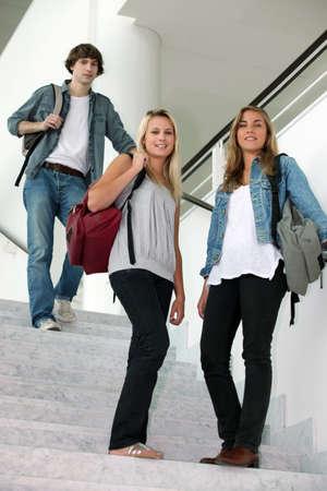 adolescentes estudiando: los estudiantes en las escaleras