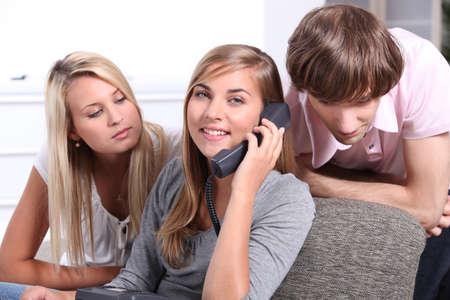 clavados: adolescentes en el teléfono Foto de archivo