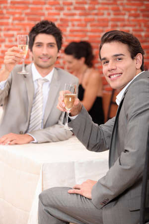 gente celebrando: Los hombres que tienen una bebida de celebraci�n