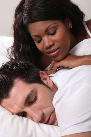 pareja durmiendo: Pareja en la cama Foto de archivo