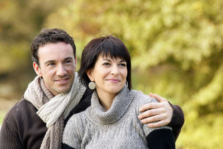 amigos abrazandose: Amando pareja caminando en el bosque