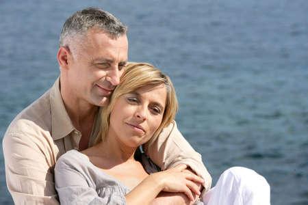 vecchiaia: Felice coppia di sposi in riva al mare Archivio Fotografico