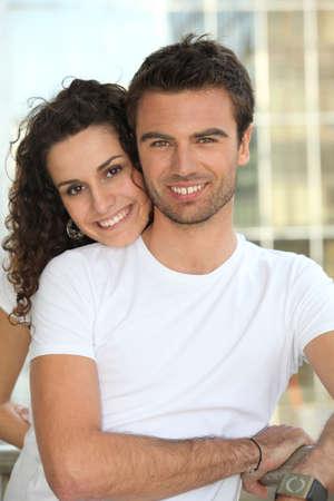 verlobt: Paar stand durch Geländer