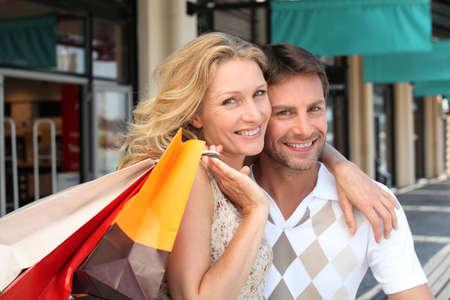買い物袋のカップルの肖像画