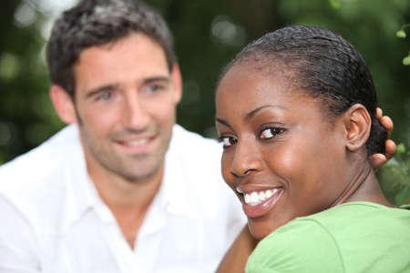 mixed race couple: Sonriente pareja de raza mixta