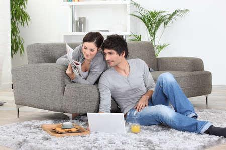 mann couch: Paar mit Fr�hst�ck.