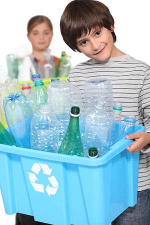 niños reciclando: los niños hacen de reciclaje Foto de archivo