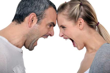 violencia intrafamiliar: pareja enojada