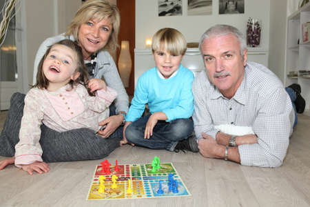 abuelos: Familia jugando juegos de mesa