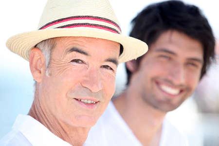 blithe: Padre e hijo disfrutando de su mutua compa��a en un d�a soleado de verano de Foto de archivo