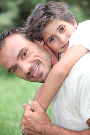 shoulder ride: Padre da el hijo a cuestas, al aire libre