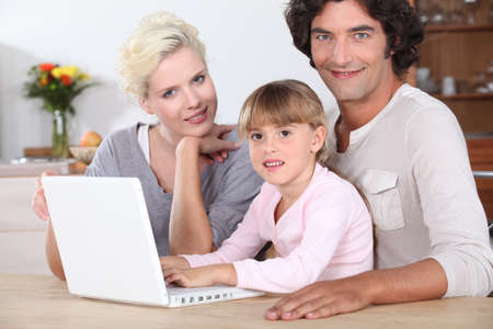 Familia usando una computadora port�til photo