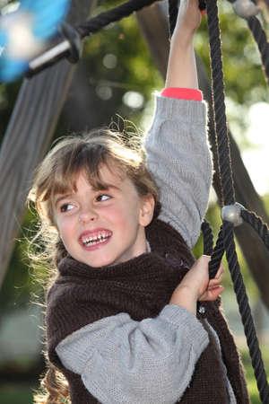 climbing frame: Bambina divertirsi sulla struttura rampicante per bambini Archivio Fotografico