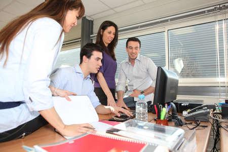 empleados trabajando: Oficina ocupada