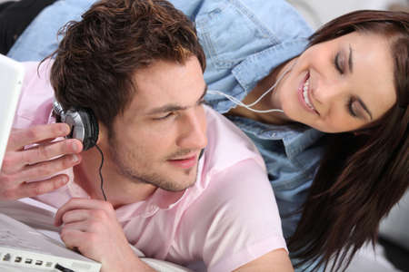 incertitude: Couple listening to music together