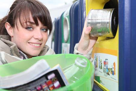 Déchets ménagers Femme de recyclage Banque d'images