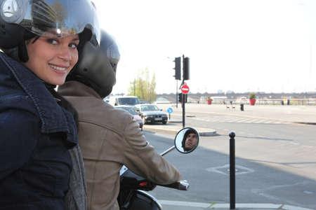 motorrad frau: Frau reitet auf einem Roller