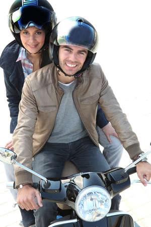 motorrad frau: einen Motorroller fahren zusammen