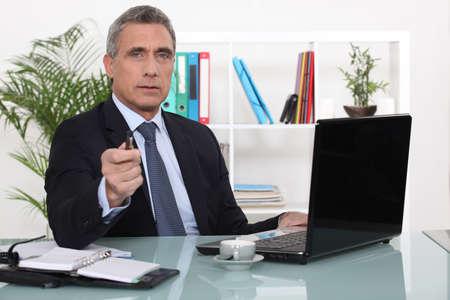 Een zakenman in zijn kantoor