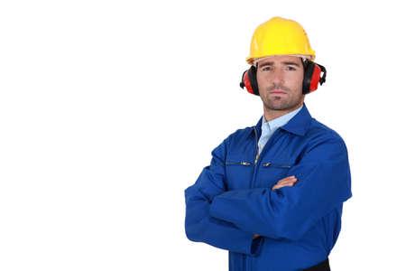 mani incrociate: Un operaio edile determinato.