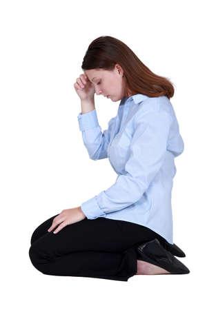 arrodillarse: Empleado de oficina, con un dolor de cabeza Foto de archivo