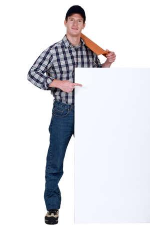 trussing: Roofer con piastrelle che punta al poster in bianco