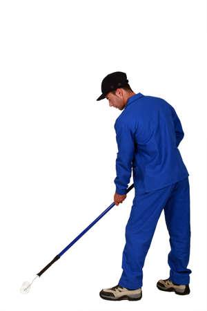hombre pintando: El hombre pintando el piso