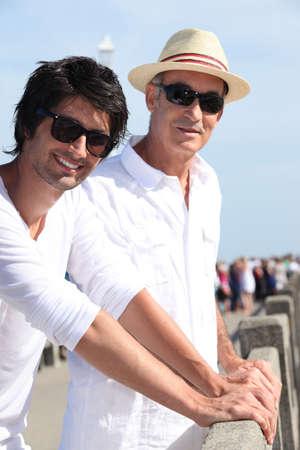 vaderlijk: Twee mannen van verschillende generaties staan in de zon