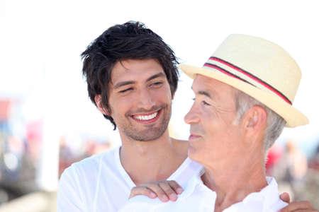 cordialit�: uomo anziano e le relazioni uomo pi� giovane