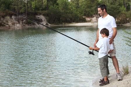 hombre pescando: Padre e hijo a pescar