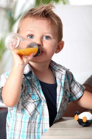 blonde yeux bleus: garçon avec un biberon