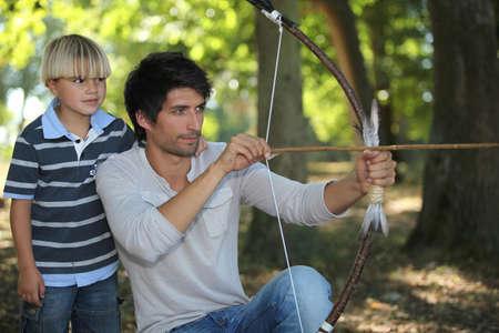 suspenso: hombre joven con el arquero y el niño