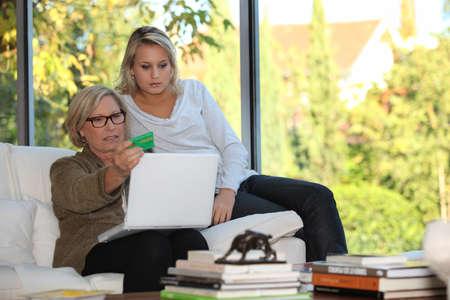 seguridad social: Madre e hija la comprobación de seguridad social en línea