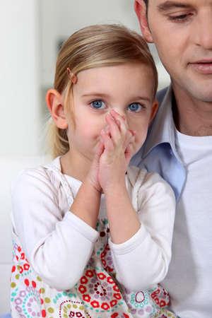 preocupacion: padre con su hija pequeña