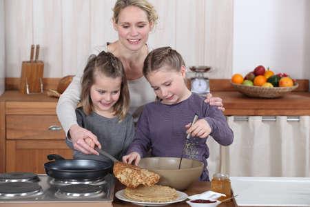 panqueques: Mamá y chicas haciendo tortitas