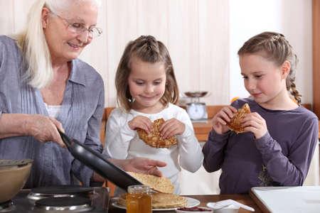 Une cuisine grand-mère crêpes pour ses petites-filles.