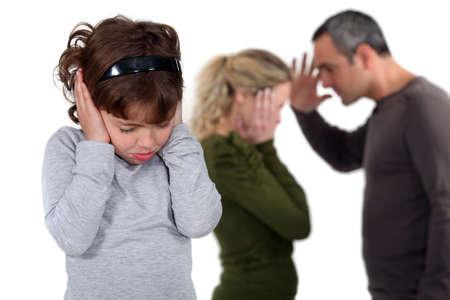pareja discutiendo: La hija estaba con sus padres discutían