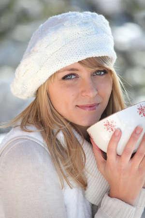 rubia ojos azules: Mujer bebiendo de la taza
