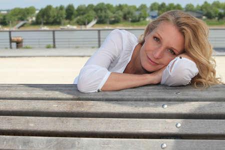 blithe: Mujer sentada en un banco