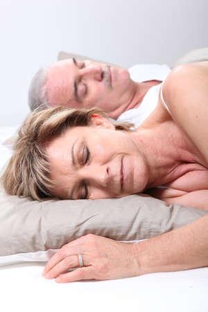 pareja durmiendo: Pareja joven dormido en la cama