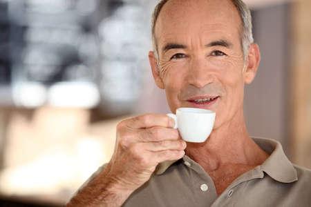 hombre tomando cafe: Hombre mayor que el consumo de caf�